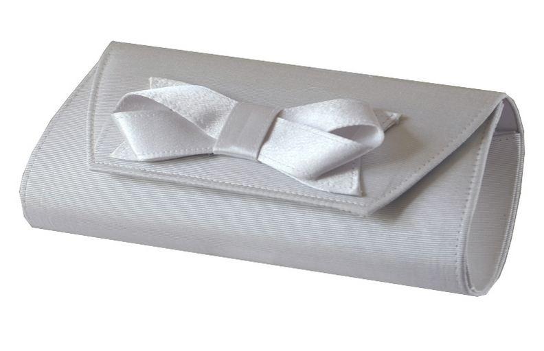 Une splendide pochette de mariage ivoire apportera un style recherché à votre tenue