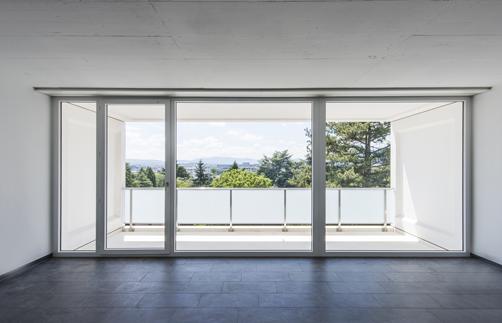 Un exemple de grande porte-fenêtre coulissante Tryba